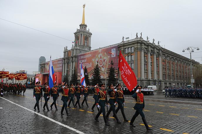 Знаменная группа на параде Победы в Екатеринбурге