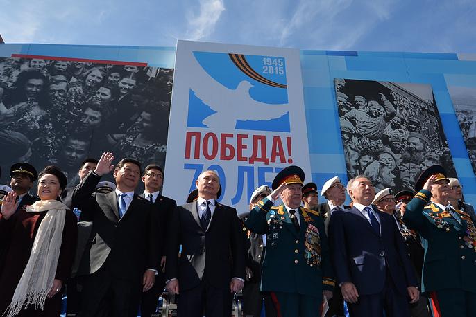 Президент России Владимир Путин (в центре), председатель Китайской Народной Республики Си Цзиньпин с супругой Пэн Лиюань (слева) и президент Казахстана Нурсултан Назарбаев (второй справа)