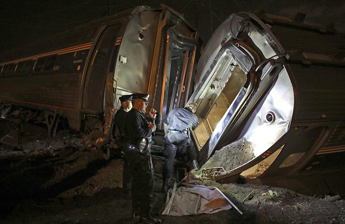 Семь вагонов состава сошли с рельсов, как минимум два из них перевернулись