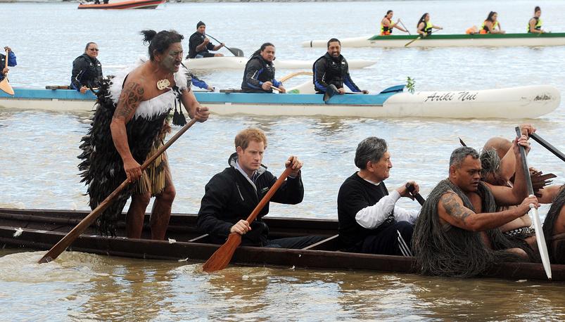 Принц Гарри сплавляется на каноэ с представителями племени маори