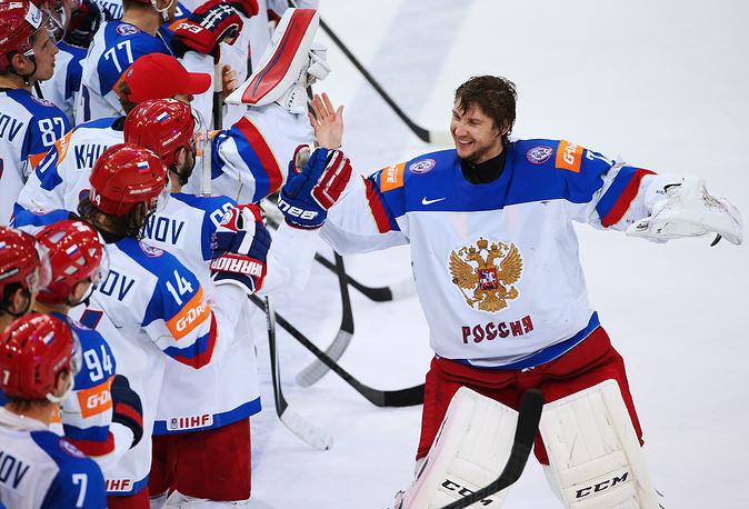 Сборная России вышла в финал чемпионата мира по хоккею и сыграет с командой Канады (На фото - вратарь Сергей Бобровский принимает поздравления от партнеров по сборной России)