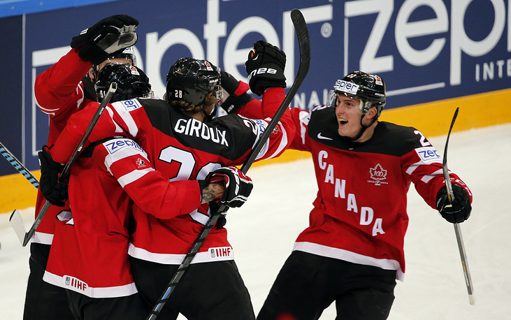 Хоккеисты сборной Канады после очередной шайбы в финале чемпионата мира