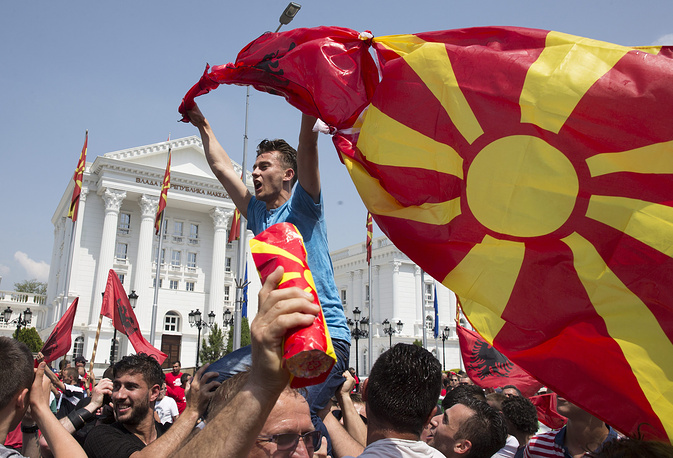 """На митинг в македонской столице вышли около 20 тыс. сторонников социал-демократов. Участники акции выкрикивали антиправительственные лозунги и размахивали транспарантами с надписью """"Прощай, Никола!"""". На фото: протестующий с македонским флагом около здания правительства в Скопье"""