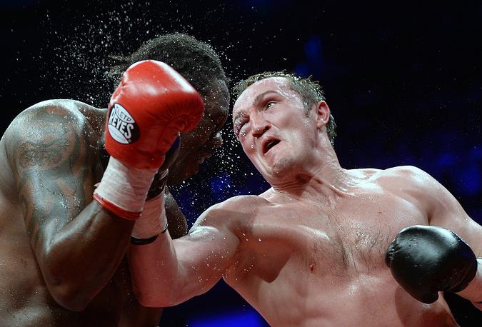 Россиянин Денис Лебедев (действующий чемпион WBA) и панамец Гильермо Джонс во время боя за звание чемпиона мира по версии Всемирной боксерской ассоциации в тяжелом весе, 2013 год