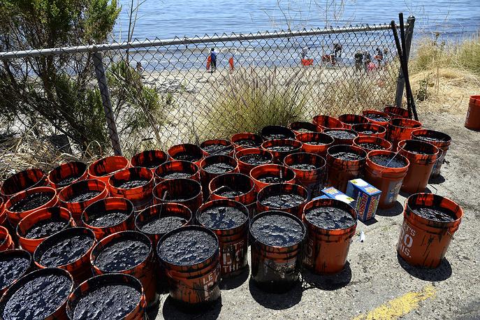 Согласно представленным в среду данным, из нефтепровода вылилось 2,5 тыс. баррелей сырой нефти