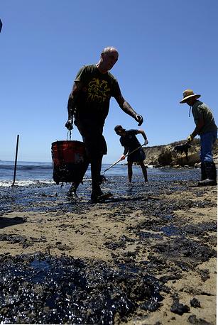В тот же день разрыв был заделан, и начались работы по сбору нефти в воде и на берегу