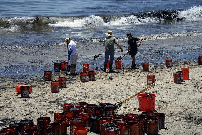 """19 мая на нефтепроводе к западу от курортного города Санта-Барбара произошел разрыв трубы. 2,5 тыс. баррелей нефти разлилось по пляжу """"Рефьюжио"""". По данным агентства Reuters, утечка стала крупнейшей за 18 лет"""