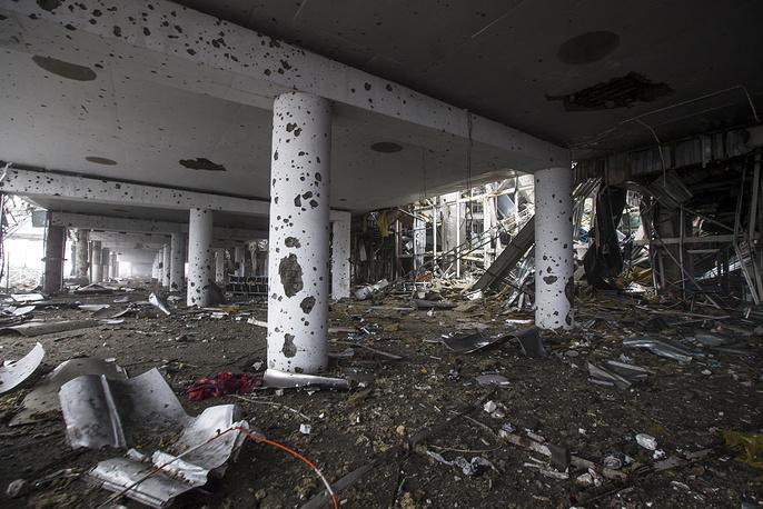 В результате военных действий инфраструктура авиаузла была полностью разрушена. На фото: последствия боевых действий в терминале аэропорта Донецка