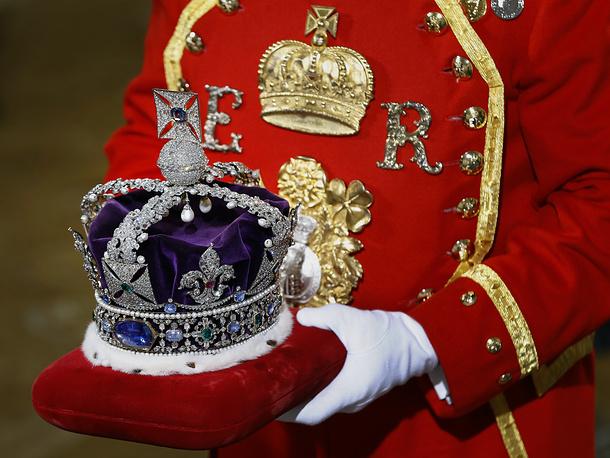 Елизавета II также надевает государственную корону, украшенную бриллиантами и другими драгоценными камнями. В обычное время корона хранится в музее Тауэра. На фото: корона королевы Елизаветы II