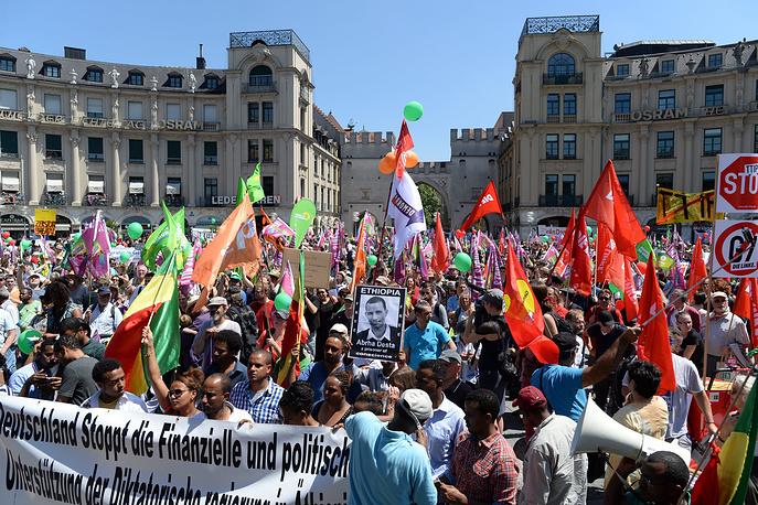 В Мюнхене прошла первая масштабная акция протеста против предстоящего саммита глав государств и правительств стран Группы семи.  На фото: участники акции протеста в Мюнхене