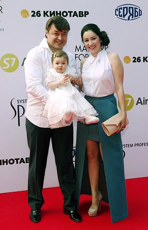 Актриса Любовь Тихомирова с супругом дирижером-хормейстером Ласло Долински и дочерью Любавой