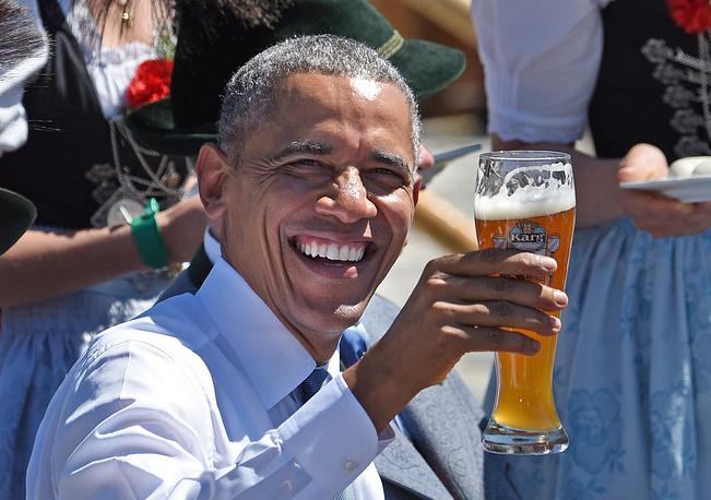 Президент США пошутил, что забыл в Вашингтоне свои кожаные штаны, имея в виду предмет национального баварского гардероба, и посетовал, что встреча лидеров G7 не проходит под открытым небом за кружкой пива. На фото: Барак Обама во время визита в коммуну Крюн перед началом саммита G7 в замке Эльмау