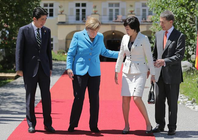 Глава Союза немецких налогоплательщиков Рольф фон Хоэнау прогнозировал, что смета в итоге будет превышена почти в 2,5 раза - до 360 млн евро. На фото: премьер-министр Японии Синдзо Абэ (слева) с супругой Акиэ Абэ (вторая справа) и канцлер Германии Ангела Меркель (вторая слева) с супругом Иоахимом Зауэром (справа) перед началом саммита G7 в замке Эльмау