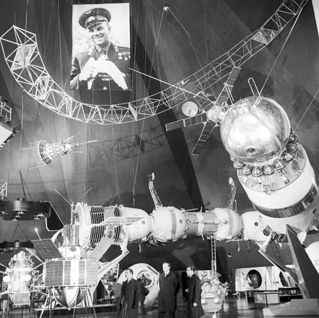 """Раздел """"Космос"""" завершал советскую экспозицию в Осаке. """"Удивительным был разворот огромного пространства зала, использующего стометровый вертикальный пролет павильона, темного пространства, наполненного сверканием звезд, пронизанного таинственным мерцанием малиново-красных, фиолетовых отсветов и пульсирующих вспышек прожекторов. В этом как бы естественном космосе среди всполохов космических зарниц были представлены космические аппараты"""", - описывает экспозицию японист Галина Навлицкая. На фото: раздел """"Космос"""" в советском павильоне"""