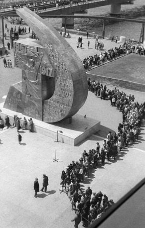 На выставке 1967 года в Монреале советский павильон, построенный под руководством архитектора Михаила Посохина, был самым посещаемым (около 12 млн посетителей). Второе место занял павильон Канады (11 млн), а третье - США (9 млн). На фото: очередь из желающих осмотреть экспозицию павильона СССР в Монреале