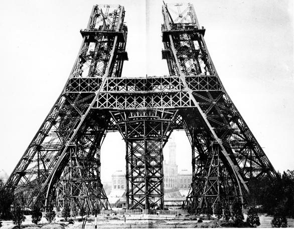 """Начиная с 1867 г. (Всемирная выставка в Париже) для демонстрации своих экспонатов страны-участницы начали строить национальные павильоны. Позднее появилась и традиция создания символов выставки. Так, в качестве """"ворот"""" на парижскую выставку 1889 г. была сооружена Эйфелева башня. На фото: начало строительства башни, 1887 г."""