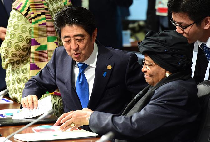 "С лидерами стран-участниц ""семерки"" также встретились представители руководства Эфиопии, Либерии, Нигерии, Сенегала, Туниса, ЮАР, Ирака. На фото: премьер-министр Японии Синдзо Абэ и президент Либерии Элен Джонсон-Серлиф во время саммита G7"