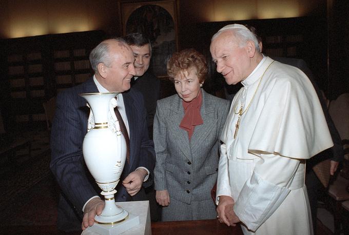 В качестве главы советского государства Горбачев дважды приезжал в Ватикан. На фото: Михаил и Раиса Горбачевы с папой Иоанном Павлом II, ноябрь 1990 г.