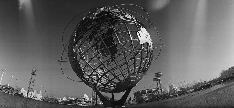 Выставка в Нью-Йорке дала возможность прикоснуться к будущему. В частности, впервые публика увидела, как можно взаимодействовать с компьютерной техникой. На фото: символ выставки - Унисфера, представляющая стальную модель земного шара. Спроектирована ландшафтным архитектором Гилмором Кларком, в 1995 году получила статус городской достопримечательности