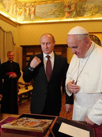 На встрече в 2013 г. Путин подарил понтифику икону Владимирской Божьей матери. Ответным подарком папы Франциска российскому президенту стала майолика с изображением Ватиканских садов. На фото: Путин и папа Франциск после обмена подарками