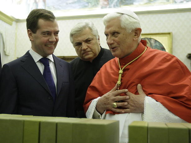 На аудиенции 3 декабря 2009 г. по традиции обсуждались актуальные международные проблемы, а также важность семейных ценностей и вклад верующих в жизнь России. На фото: Медведев и Бенедикт XVI во время встречи в рамках официального визита