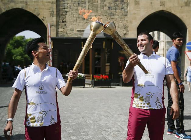 Популярный азербайджанский певец Фаиг Агаев и дзюдоист Эльнур Мамедли с огнем Игр-2015