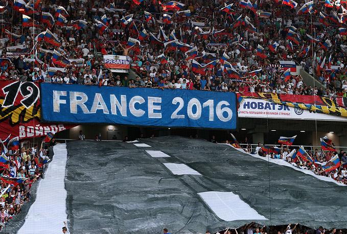 Перфоманс болельщиков российской команды перед началом матча со сборной Австрии