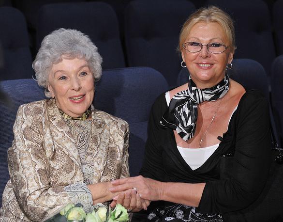 Вера Васильева и Наталья Селезнева (слева направо) на сборе труппы Московского академического театра Сатиры, 2009 год