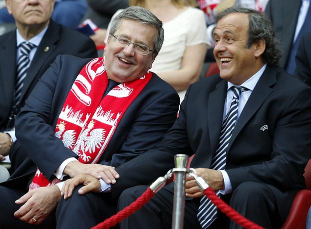 Мишель Платини и президент Польши Бронислав Коморовски во время матча Евро-2012 в Варшаве. Глава УЕФА, являющийся офицером ордена Почетного легиона, также имеет награды разных стран мира