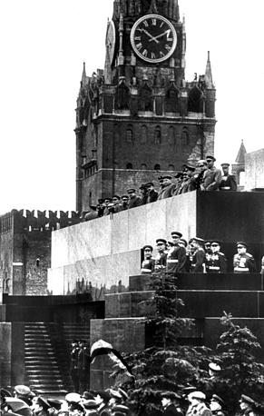 Вид на трибуну Мавзолея Ленина во время Парада Победы