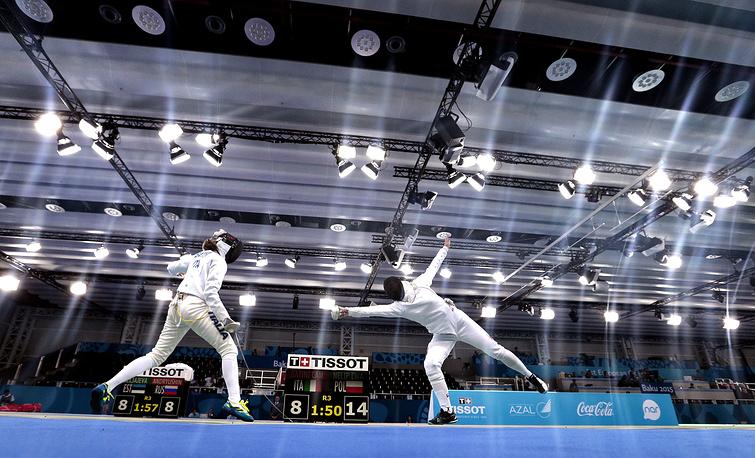 Камила Батини (Италия) и Ева Нелип (Польша, слева направо) во время соревнований по фехтованию