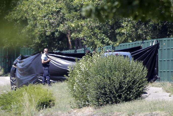 По данным радиостанции France Info, он убил и обезглавил директора предприятия, на котором работал