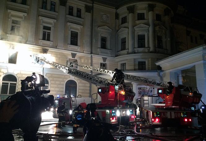 Среди версий причин пожара рассматриваются нарушение правил безопасности при ремонтных работах, короткое замыкание и даже курение