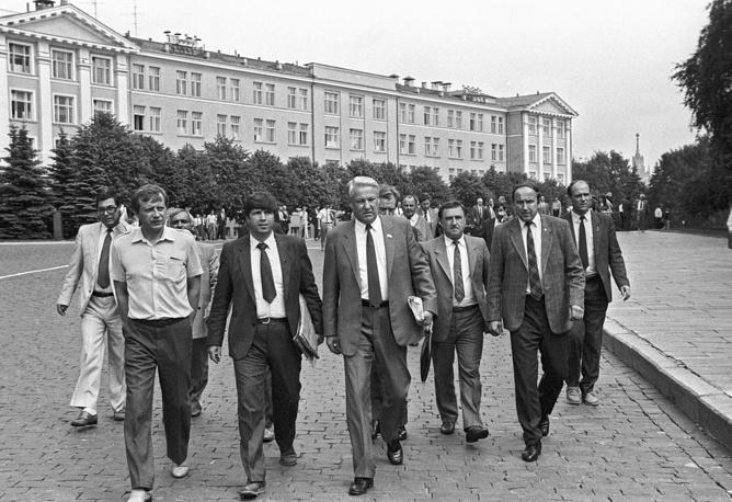 Председатель Верховного Совета РСФСР Борис Ельцин (в центре) направляется на заседание съезда