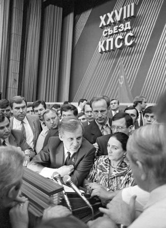 Особенно много вопросов вызывали экономические реформы. На фото: председатель совета министров СССР Николай Рыжков среди делегатов в перерыве между заседаниями