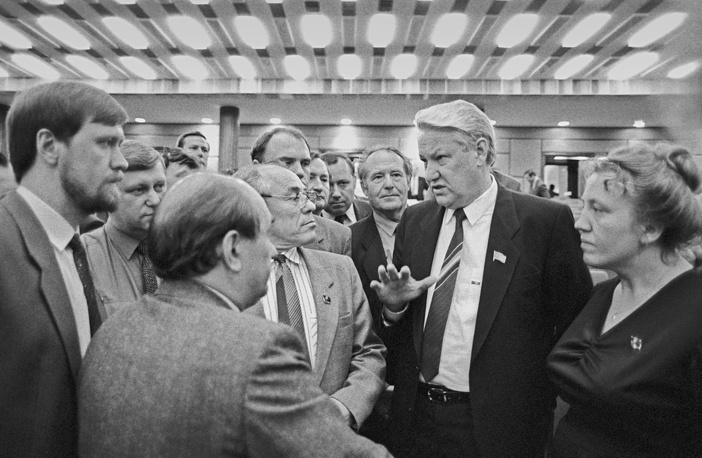 """Но, как пишет Горбачев, """"Ельцин не захотел присоединиться к реформаторскому крылу, помочь действительно спасти партию, своевременно реорганизовав ее... его больше не устраивало участие в КПСС на вторых ролях, он рвался к власти и видел уже себя вождем другой, своей партии"""". На фото: Ельцин среди делегатов съезда"""