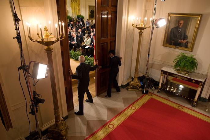 Сотрудники Белого дома открывают двери в Восточной комнате перед пресс-конференцией, 2009 год