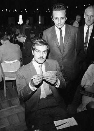 Омар Шариф играет в бридж на одном из чемпионатов в США в 1966 году. Шариф на протяжении многих лет  был поклонником этой игры, вел о ней колонку в газете Chicago Tribune. В 1964 году он даже представлял Объединенную Арабскую Республику (союзное государство Египта и Сирии) на одном из чемпионатов