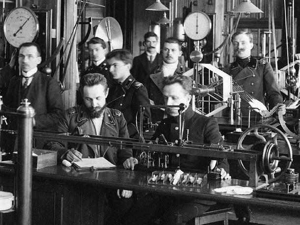 К 1894 году по инициативе профессора В.С. Щегляева был расширен физический практикум, особенно в области электрических явлений. Планировалось ввести в учебное расписание электротехнику. Однако для реализации этого курса не хватало помещений и оборудования. Поэтому в 1897 году было принято решение о создании физико-электротехнического института и строительстве для него отдельного здания.  На фото: занятия в физической лаборатории