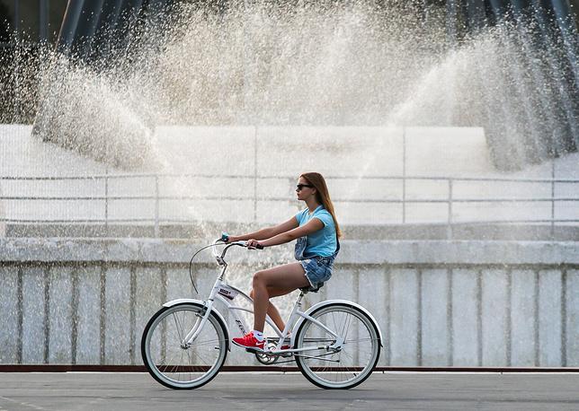Катание на велосипеде на территории ВДНХ
