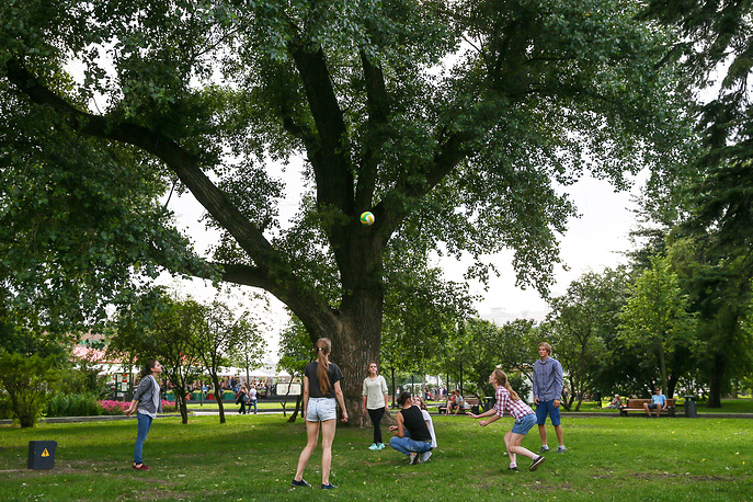 Отдыхающие в парке Горького