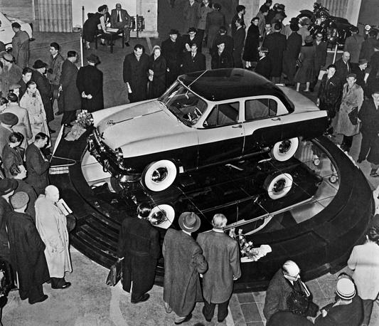"""Посетители осматривают новый советский автомобиль ГАЗ-21 """"Волга"""" в павильоне Советского Союза на традиционной международной ярмарке в Лейпциге, 1957 год"""