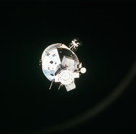 """Космический корабль """"Аполлон"""", 1975 год. Съемка, произведенная с борта космического корабля """"Союз-19"""" советскими космонавтами Леоновым и Кубасовым"""