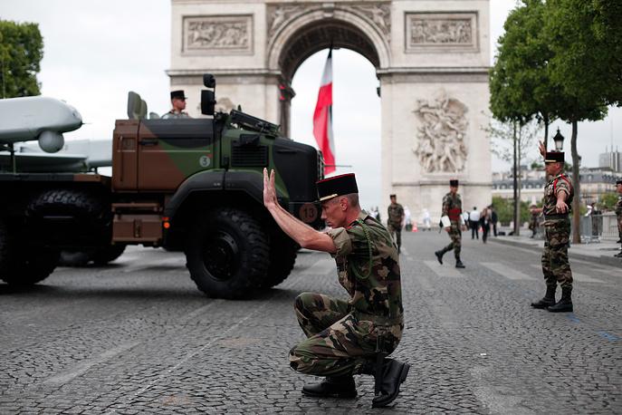 Французские солдаты готовят технику к параду