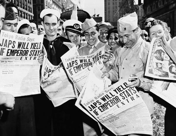 Военнослужащие на Таймс-сквер в Нью-Йорке радуются новостям о решении Японии капитулировать на условиях, принятых на Потсдамской конференции, 10 августа 1945 года