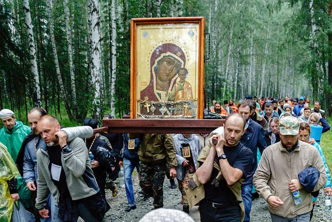Маршрут молитвенного шествия полностью повторяет путь, по которому 97 лет назад по Екатеринбургу провезли убиенных членов императорской семьи