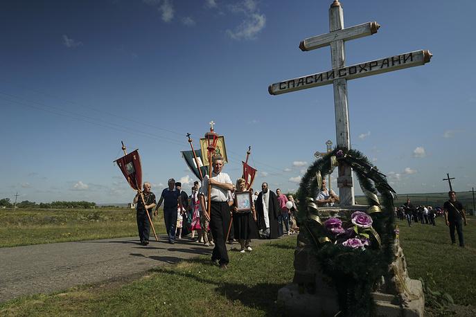 Крестный ход к поклонному кресту, установленному у въезда в Грабово