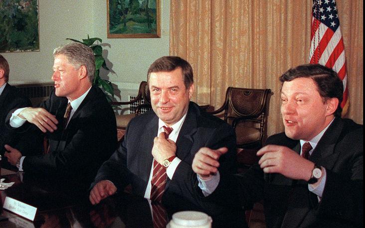 """Геннадий Селезнев был депутатом Госдумы первого, второго, третьего и четвертого созывов (с декабря 1993 по декабрь 2007 года), а также занимал пост председателя Думы с 1996 по 2003 год. На фото:  лидер """"Яблока"""" Григорий Явлинский и Геннадий Селезнев на встрече с президентом США Биллом Клинтоном (справа налево). Москва, 1996 год"""