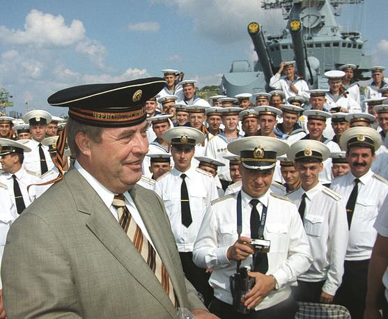 """Геннадий Селезнев во время посещения гвардейского ракетного крейсера """"Москва"""" в Севастополе. 2002 год"""