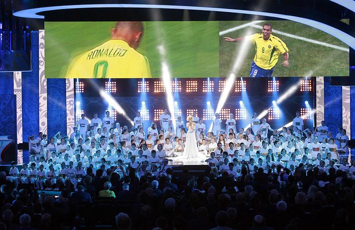 Программу завершила певица Полина Гагарина, которая исполнила песню Million Voices совместно с детским хором, под управлением Валерия Гергиева